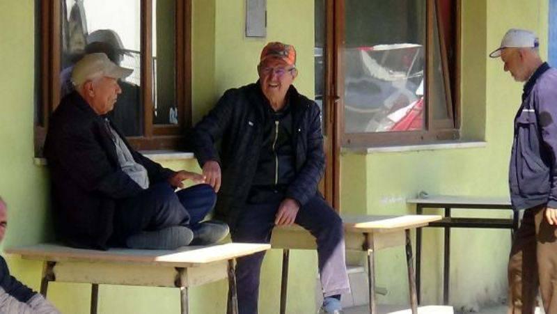 Kapalı Kahvehanede Masaların Üzerine Oturdular, Sahilde Çadır Kurdular
