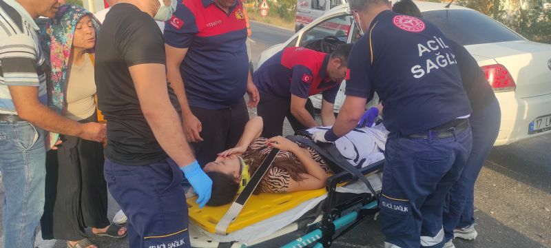 Kaza Yaptığı Otomobilde Sıkışan Kadın Sürücüyü İtfaiye Çıkardı: 3 Yaralı