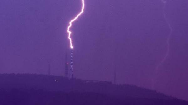 Televizyon Verici Kulesi Üzerine Düşen Yıldırımı Fotoğrafladı