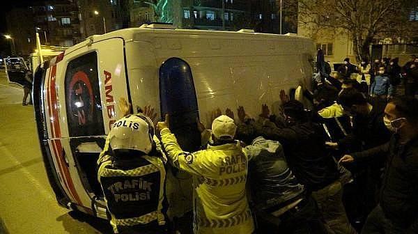 Çanakkale'de Hasta Taşıyan Ambulansla Taksi Çarpıştı: 5 Yaralı
