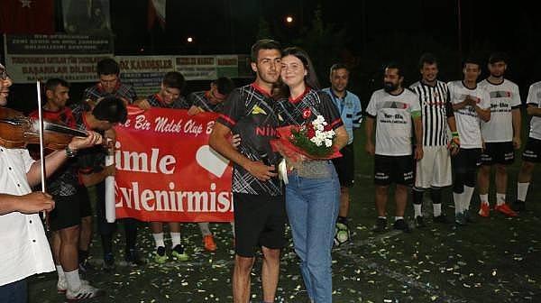 Halı Sahada Sürpriz Evlilik Yeklifi
