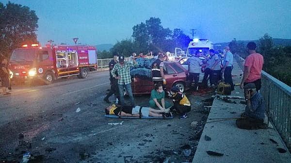İki Otomobil Kafa Kafaya Çarpıştı: 3 Ölü, 5 Yaralı