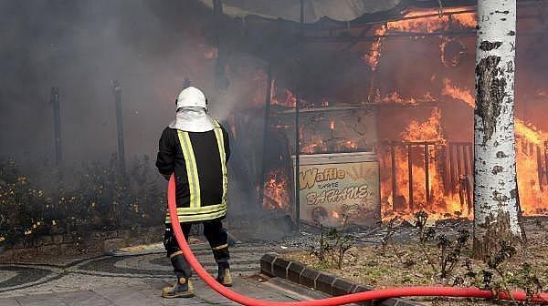 Kafede Çıkan Yangın Yandaki Binalara Sıçradı