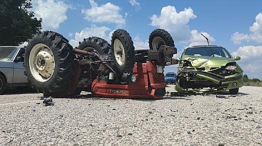 Otomobille Çarpışan Traktör Ters Döndü: 4 Yaralı