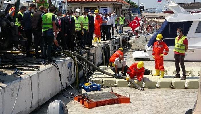 Çanakkale'de İlk Gün Denizden 17 Ton Müsilaj Çekildi