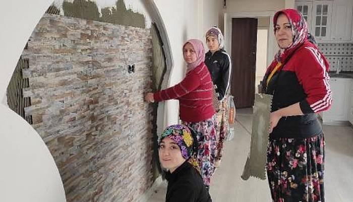 4 Kadın İnşaatlarda Çalışıp, Seramik Kaplıyor