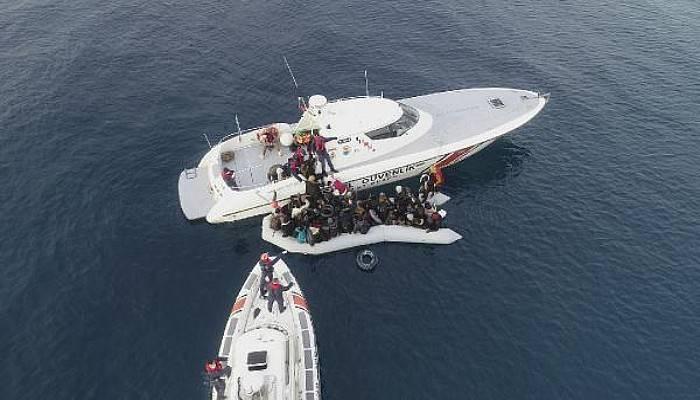 Göçmenlerin Denize Açıldığı Bot Su Aldı, Sahil Güvenlik Kurtardı