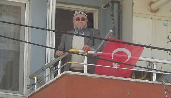 Yaşlı Adam Sokağa Çıkamadı, Balkondan İstiklal Marşı'nı Okudu