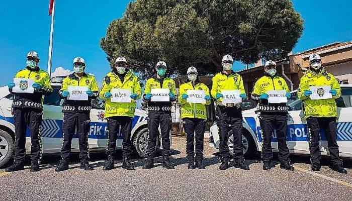 Gelibolu'da Ateş Ölçümü Yapan Polisler, 'Evde Kal' Mesajı Verdi