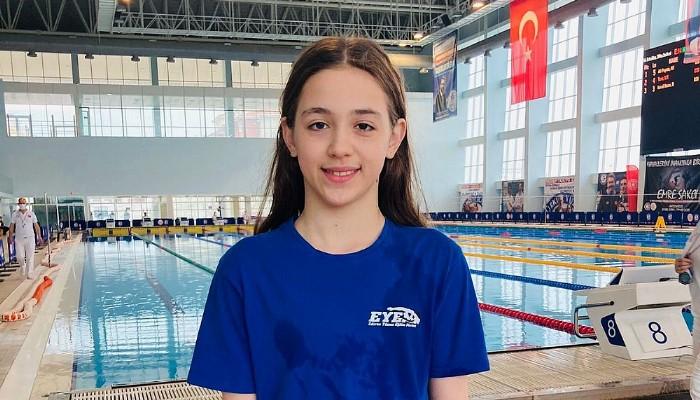 Şampiyon Yüzücü Havuza İmza Attı