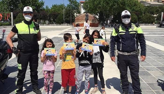 Sokağa Çıkan Çocuklara Polisten Hediye