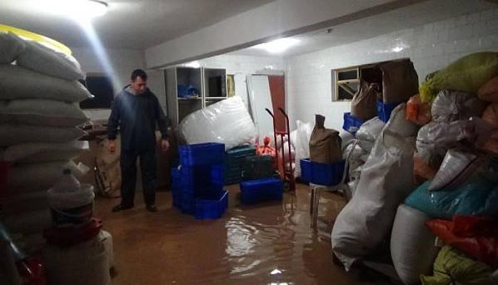 Bayramiç'te Sağanak Yağmurda Ev ve İş Yerlerini Su Bastı