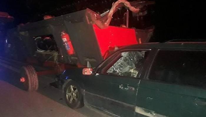Otomobil, Traktörün Arkasına Bağlı Biçerdövere Çarptı: 1 Ölü, 1 Yaralı