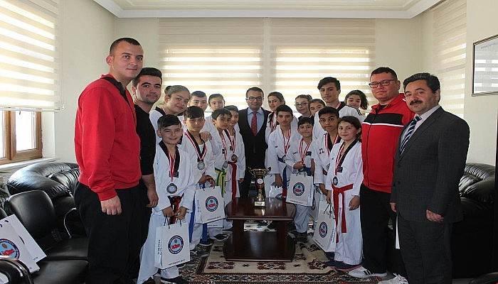 Başarılı Taekwondocular Kaymakamı Ziyaret Etti