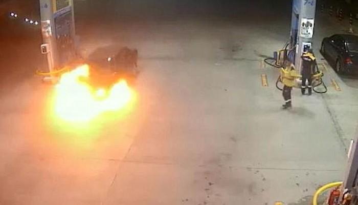 Akaryakıt İstasyonunda Otomobil Alev Aldı