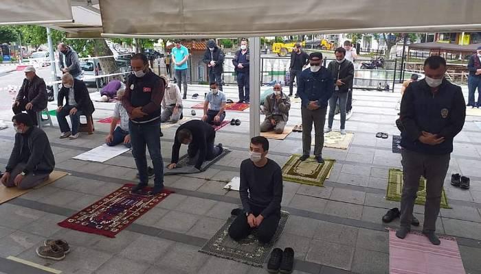 Bayramiç'te Cuma Namazı Sosyal Mesafeli Kılındı