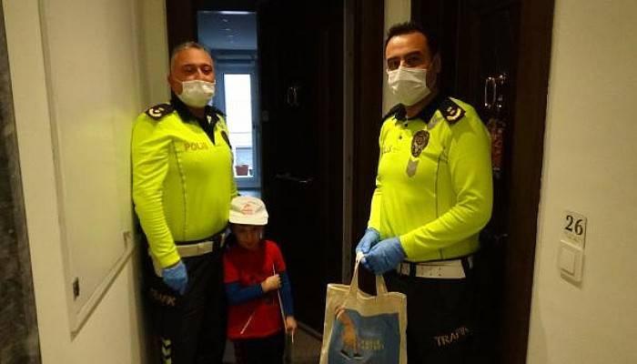 Trafik Haftası'nda Evdeki Çocuklara Polislerden Hediye