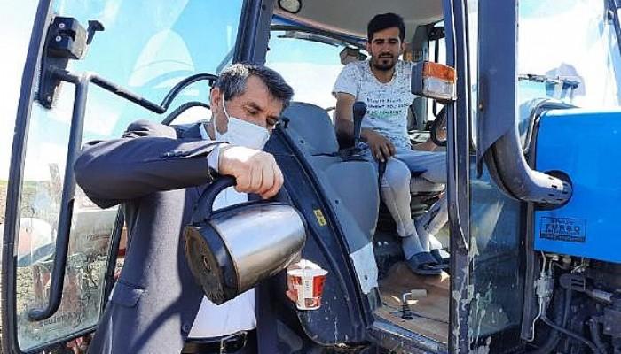Muhtar, 'Çiftçiler Günü'nde Tarlada Çalışanlara Kahve İkram Edip, Günlerini Kutladı