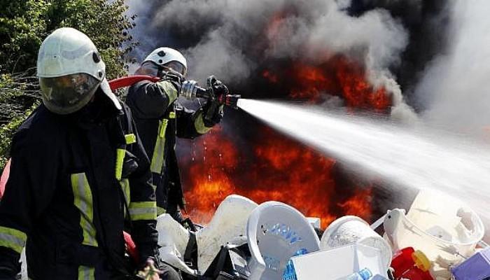 Tehlikesiz Atık Alım Merkezinde Çıkan Yangın Söndürüldü