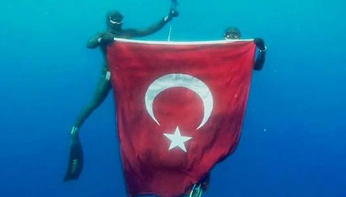 Milli Sporcular, 19 Mayıs Anısına 50 Metre Derinlikte Türk Bayrağı Açtı