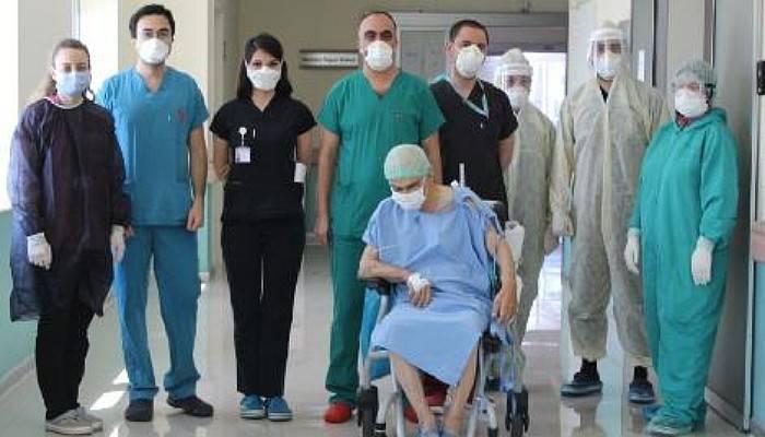 80 Yaşındaki Koronavirüs Hastası, 29 Gün Sonra Yoğun Bakımdan Çıktı