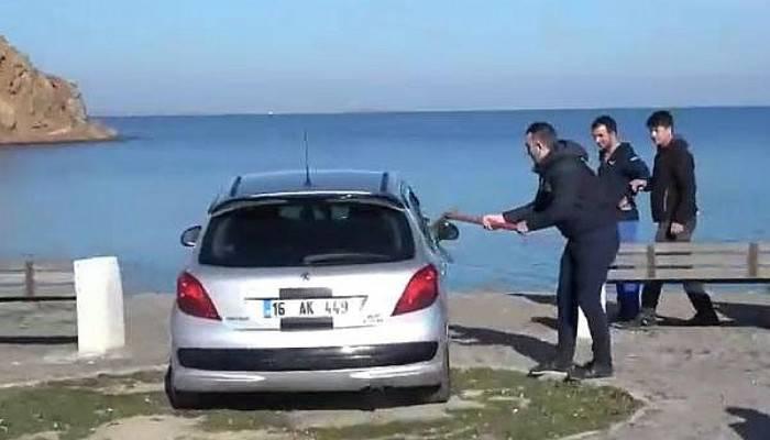 Otomobilini Denize Süren Sürücüye Kazmalı Müdahale