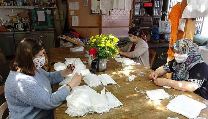 Vaka Görülmeyen Bozcaada'da Kadınlar, Gönüllü Maske Üretiyor