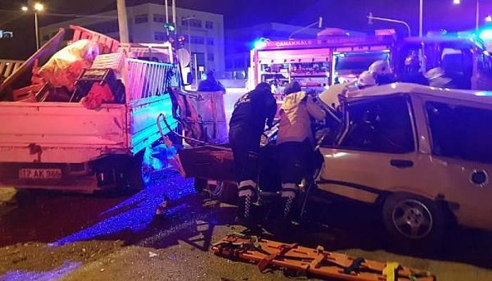 Kırmızı Işıkta Bekleyen Kamyonete Otomobil Çarptı: 2 Yaralı
