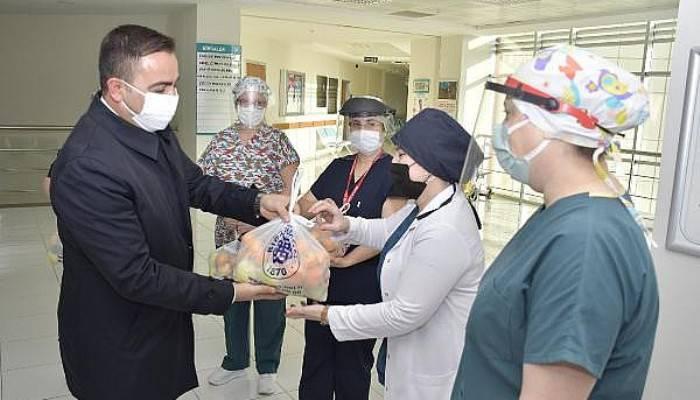 Biga Belediye Başkanı Erdoğan'dan, Sağlık Çalışanlarına Meyve İkramı