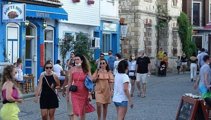 Tatilcilerle Dolup Taşan Bozcaada'da Esnaf Mutlu, Halk Tedirgin
