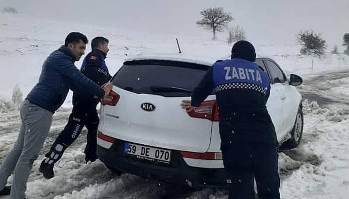 Yolda Mahsur Kalan Sürücülerin Yardımına Ezine Belediyesi Yetişti