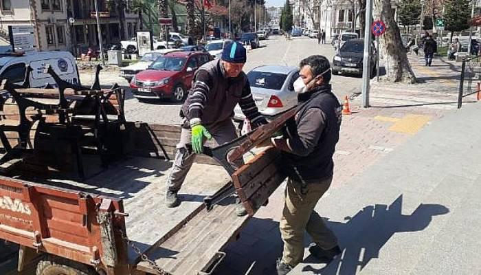 Bayramiç'te Belediye Ekipleri Bankları Topladı