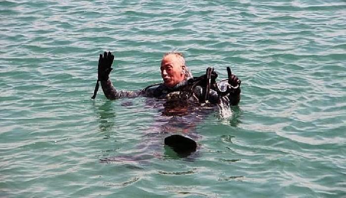 Gökçeada Belediye Başkanı Çetin, Dalış Yaparak Denizi Temizledi