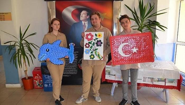ÖğrencilerMavi Kapaklardan Türk Bayrağı,Yunus ve Kır Çiçeği Yaptı