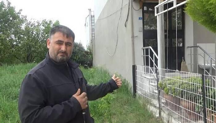 Sağlıkçı, Evinin Bahçe Demirine Sıkışan Kirpiyi Kurtardı