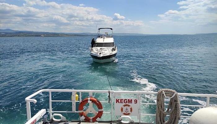 Gelibolu Önlerinde Makine Arızası Yaparak Sürüklenen Tekne Rıhtıma Çekildi