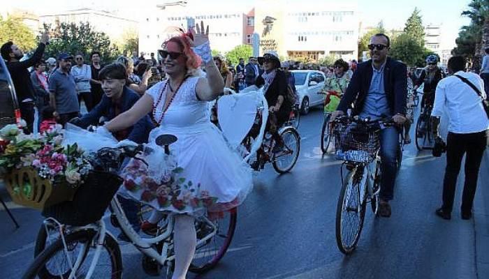 'Süslü Kadınlar', Otomobilsiz Kentler İçin Pedal Çevirdi