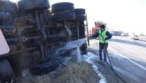 Devrilen Yem Kamyonunun Şoförü Yaralandı