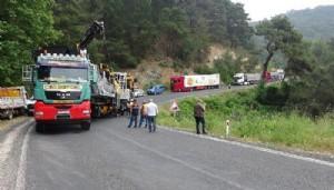 Makine Taşıyan TIR'ın Şasisi Kırıldı; Çanakkale-İzmir KarayoluUlaşıma Kapandı